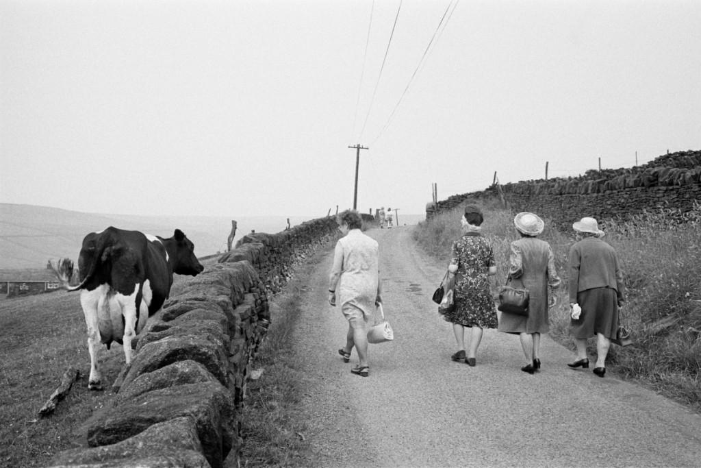 La congregación de camino a la ceremonia del Aniversario de la capilla metodista de Crimsworth Dean. De Los inconformistas, fotografías de Martin Parr (La Fábrica, 2013). © Martin Parr / Magnum Photos.