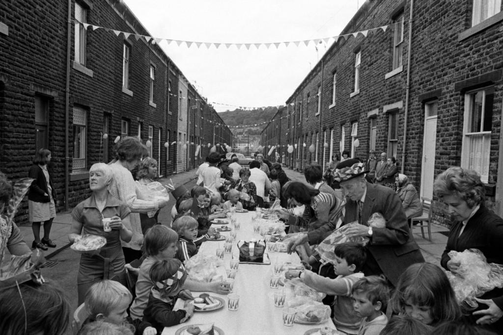 Fiesta en la calle por el Jubileo de Plata de la reina Isabel II, Todmorden. De Los inconformistas, fotografías de Martin Parr (La Fábrica, 2013). © Martin Parr / Magnum Photos.